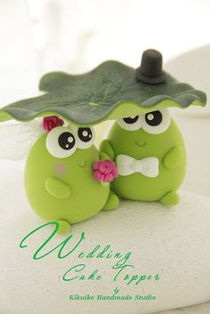 What a fun & quirky idea for wedding cake toppers - frog style! Polymer Clay Animals, Fimo Clay, Polymer Clay Projects, Polymer Clay Creations, Polymer Clay Jewelry, Frog Crafts, Clay Baby, Clay Figurine, Cute Clay