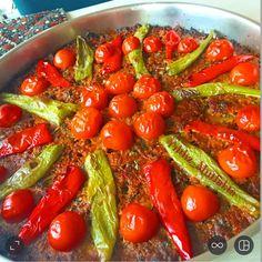 Tepsi Sini Kebabı Tarifi için Malzemeler   400 gram kıyma  1 adet kuru soğan  1 adet yeşil biber  1 adet sarımsak  Biraz maydanoz  Yarım yemek kaşığı domates salçası  Yarı