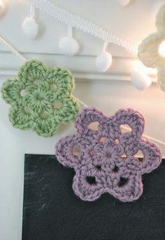 """Unsere ToDo-Tafel an der Esszimmertür wurde mit einer """"fröhlichen"""" Botschaft neu beschriftet und bekam eine Girlande ausgehäkelten Blume..."""