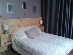La tete de lit Bedroom Bed, Master Bedroom, Mexican Bedroom, Pallet Beds, Platform Bed, Home Projects, Room Inspiration, New Homes, House Design