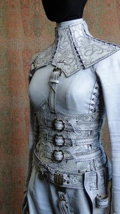 white and grey leather armor with tooling. looks pretty functional and eve the coat underneath looks like leather so it all counts as armor Mode Steampunk, Style Steampunk, Steampunk Costume, Steampunk Fashion, Steampunk Corset, Fantasy Armor, Fantasy Dress, Fantasy Clothes, Fantasy Outfits