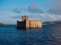 DNA tests prove Scots clan are Viking not Irish | Deadline News | 15 Jan 2015 |  MacNeils raided the seas from their base at Kisimul Castle in Birlinn vessels – boats similar to the Viking longships. © Crown (Reproduced courtesy of Historic Scotland. www.historicscotlandimages.gov.uk) DNA_CLAN_SHOCK_DN01--web2