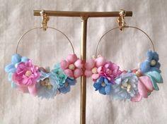 すべて一枚一枚染めて、こてあてした染め花です。このタイプのフープのイヤリングは裏も見えるので裏にも染め花を少しつけています。とても華やかでイベントなどでも人気...|ハンドメイド、手作り、手仕事品の通販・販売・購入ならCreema。