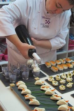 To be Gourmet: Aperitivos para celebraciones. Oreo de foie. Brunch Appetizers, Appetizer Recipes, Quiches, Tea Party Sandwiches, Party Finger Foods, Food Decoration, Holiday Recipes, Catering, Food And Drink