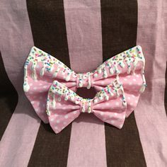 Kawaii Harajuku Fairy Pop Kei Pastel Goth Japanese Fashion Lolita Gyaru Decora Dolly Otome Pink Polkadot Hair Bow Tie    This pink cotton bow features a white polka dot print and is available in two sizes: Small (2 x 3.5) and Large (3.5 x 5.5).
