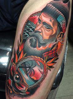 Tatuagem masculina de marinheiro no braço.