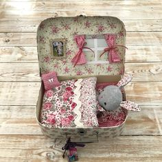 I had decided a while back that I was going to make my Niece a dolls house type suitcase thing. I just wasn't sure how to attempt it or whether to make a doll Tree Crafts, Felt Crafts, Diy And Crafts, Crafts For Kids, Easter 2021, Fabric Toys, Decoupage Paper, Tin Boxes, Diy Dollhouse
