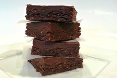 Get this recipe is a raw brownie which uses easy-to-find ingredients from your local supermarket. The brownies are gluten free (perfect for Pesach! Non Dairy Desserts, Passover Desserts, Passover Recipes, Holiday Desserts, Jewish Recipes, Holiday Recipes, Kosher Recipes, Raw Food Recipes, Dessert Recipes