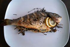 Dit visrecept is heel makkelijk in de oven te maken, waarbij de verse kruiden een intense smaak afgeven aan de dorade. Lekker met een frisse salade.