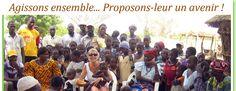 Natacha Provost entourée des villageois de Bilanghin.