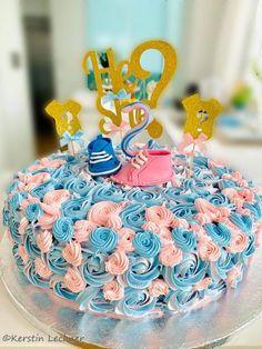 Welch eine riesen Freude 🙂 Ich hatte die Ehre für Kerstin die Torte für ihre Baby Party zu machen. Meine Aufregung war groß. Kerstin hat sich eine Torte mit rosa und hellblauen Rosen und mit zwei verschiedenfärbigen Babyschuhen gewünscht. Die Gäste wussten noch nicht – ob es ein Bub oder ein Mädchen wird. Nicht mal… Der Beitrag Bub oder Mädchen? erschien zuerst auf Gudrun von Mödling. Baby Party, Gudrun, Birthday Cake, Desserts, Ring Cake, Glee, Pies, Children, Tailgate Desserts