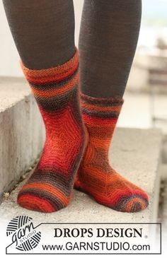"""Vinkel strikkede DROPS sokker i """"Delight"""". ~ DROPS Design"""