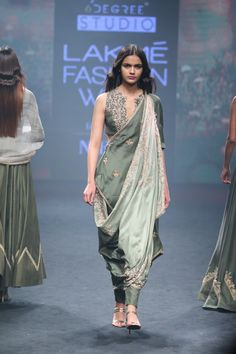 Aarbee by Ravi Bhalotia at Lakmé Fashion Week summer/resort 2018 Dress Indian Style, Indian Dresses, Indian Outfits, India Fashion Week, Lakme Fashion Week, Saree Trends, Stylish Sarees, Saree Look, Indian Designer Outfits