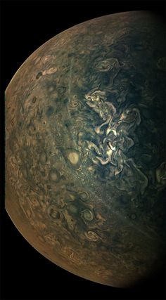 NASA's Juno space probe has provided us with a wealth of information about the solar system's largest planet. In particular, its JunoCam—which beams back photographs taken by the probe—has allowed the public to see incredible visuals of Jupiter. Sistema Solar, Full Solar Eclipse, Jupiter Photos, Cosmos, Jupiter Y Saturno, Polo Sul, Nasa Juno, Juno Spacecraft, Outer Space