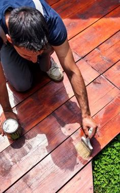 Wer ein Holzdeck im Garten sein Eigen nennt, der sollte im Herbst auf die richtige Pflege achten. Denn wer das Naturprodukt Holz nicht richtig reinigt und pflegt, hat nur kurz Freude an dem schönen natürlich-braunen Farbton. So machen Sie Ihre Terrasse winterfit!