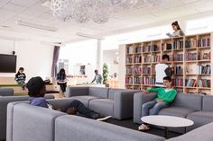 PROJEKT- OG FORDYBELSESFLADER skabes i og omkring de store rummøbler, og skaber et varieret læringsmiljø med mange forskellige rum til forskellige aktiviteter