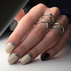 На сегодня трудно себе вообразить, чтобы ухаживающая за собой женщина пренебрегала красотой своих ногтей. Маникюр стал неотъемлемым атрибутом полноценного модного образа. Стильный и аккуратный маникюр — признак ухоженности и тонкого вкуса женщины.