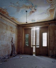 Photos of Abandoned Villas In Italy By Thomas Jorion - Business Insider Abandoned Buildings, Abandoned Castles, Abandoned Mansions, Old Buildings, Abandoned Places, Abandoned Property, Peeling Wallpaper, Villas In Italy, Italian Villa