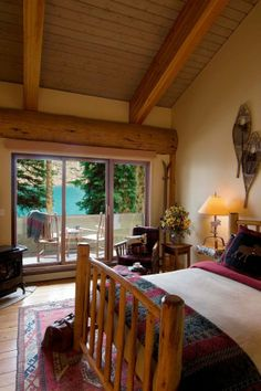 A bedroom in Moraine Lake Lodge, Lake Louise