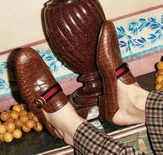 Maßgefertigte Textilien, Stickereien und Metallteile an herbstlichen Herrenschuhen.