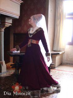 Spätmittelalterliche Dame in den Räumen von Schloss Langeais
