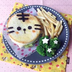 bento sandwich Post your bento pics with in the description and… Cute Snacks, Cute Food, Good Food, Yummy Food, Kawaii Bento, Cute Bento, Bento Recipes, Candy Recipes, Brie