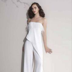 Un abito a pantalone dalla linea semplice ma con dettagli insoliti dalla collezione Tosca Spose disponibile negli Atelier Passaro