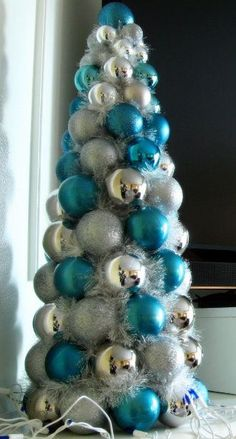 christmas tree ideas blue christmas ball tree diy - cute and inexpensive. maybe even good for an older kid christmas party Alternative Christmas Tree, Diy Christmas Tree, Silver Christmas, Christmas Projects, Christmas Holidays, Christmas Wreaths, Christmas Ball Ornaments Diy, Blue Christmas Decor, Turquoise Christmas