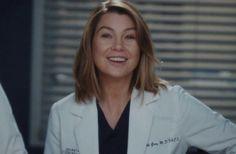 """""""De alguna forma crecemos, tenemos familias, nos casamos y nos divorciamos. La mayoría del tiempo tenemos los mismos problemas que cuando teníamos 15 años, sin importar qué tan alto crezcamos o qué tan viejos estemos, siempre estamos tropezando, preguntándonos, somos siempre jóvenes."""" Greys Anatomy Jo, Grey Anatomy Quotes, Grey's Anatomy, Short Grey Hair, Short Hair Styles, Meredith Grey Hair, Shory Hair, Hot Doctor, Greys Anatomy Characters"""