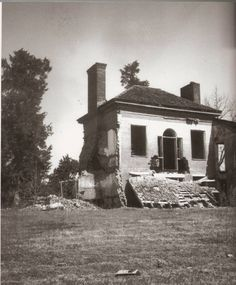 Southern Gothic: Eudora Welty: Sensing the Particular, Revealing the Universal in Her Southern World Abandoned Houses, Old Houses, Sensory Images, Eudora Welty, Southern Gothic, Science Fiction Books, Book Writer, Figurative Language, Women In History