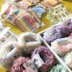 葉っぱ小屋さんへ納品する準備〜。 明後日7/6は葉っぱ小屋さんでお店番をしております。 ミニスピナーを持参して綿を紡いだり、細々内職をしているかもしれません。 糸のこと、羊毛のこと、手紡ぎのこと、ご相談承りますので、鎌倉御成通りにぜひお立ち寄りくださいませ〜♪ #hitsujiyajp #ひつじや #葉っぱ小屋
