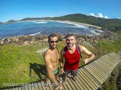 Início da Trilha da Praia do Rosa até a Praia Vermelha, em Garopaba, em uma ponte suspensa de madeira