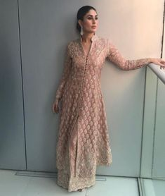 Bollywood popular actress Kareena Kapoor Khan new picture and wallpaper gallery. Latest hd image gallery of actress Kareena Kapoor Khan. Bollywood Outfits, Pakistani Outfits, Bollywood Fashion, Indian Outfits, Bollywood Style, Kareena Kapoor Khan, Kurta Designs, Dress Designs, Indian Attire