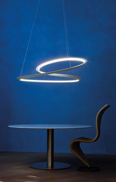 Pendant lamp in epoxy-coated aluminium. Available in the uplight and downlight versions,in matt white or black, for a widespread and comfortable lighting. The endless line is madethrough a 3 dimensional deformation process of the extruded aluminium, designed with thearithmetic of the Moebius ribbons.