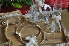 Το σετ αποτελείται από: ξύλινο δίσκο , μία κρυστάλλινη καράφα με κορδέλα, δαντέλα και λουλούδι, ένα ποτήρι του κρασιού με τον ίδιο στολισμό, ένα μαξιλάρακι από λινάτσα και δαντέλα για τις βέρες και ένα ζευγάρι στέφανα με στριφτή λινάτσα και πορσελάνινα λουλούδια.