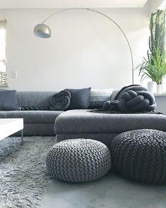 Trendfarbe: Grau! Sie steht für zurückgenommene Klarheit und Ruhe, kann aber auch äußerst gemütlich wirken, wie in diesem modernen Wohnzimmer. Strickpoufs, ein gemütliches Sofa und das trendige Kissen Knot machen den Look perfekt. // Wohnzimmer Fell Kissen Sofa Teppich Grey Grau Kissen Knot #WohnzimmerIdeen #Wohnzimmer #Dekoration @caro.frau.berg