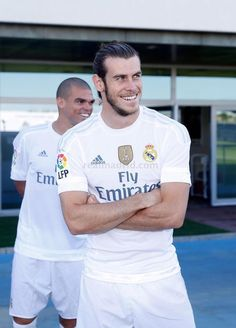 Bale and Pepe - A look at Real Madrid's official photograph for the season Real Madrid Kit, Real Madrid Official, Real Madrid Players, Real Madrid Football, Football Is Life, Best Football Team, Fifa, Bale 11, Equipe Real Madrid