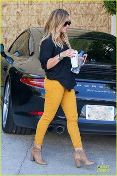 Hilary Duff increíble en unos jeans amarillos