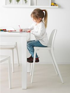 Whether for eating breakfast or doing schoolwork, the URBAN junior chair gives the right seat height for a child at the dining table.