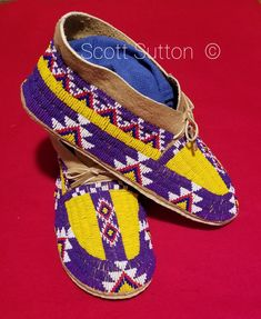 New moccs, beads, smoked brain tanned buckskin (one of my own) Native American Moccasins, Native American Regalia, Native American Clothing, Native American Beadwork, Beaded Moccasins, Moccasins Mens, Baby Moccasins, Native Beading Patterns, Seed Bead Patterns
