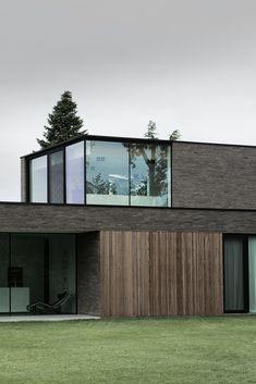 combinatie van parementsteen en houten latjes met overdek terras