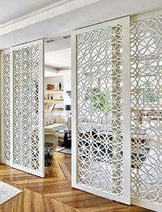 🚪 Adoptez les portes coulissantes - panneaux décoratifs en métal. Elles permettent une séparation entre les différents espaces de vie tout en vous laissant la possibilité de les rouvrir lorsque vous le souhaitez. 👐 Une séparation amovible sans obstruer la luminosité : la porte coulissante en métal décoratif #LeMetalist . #portecoulissante #porte #separation #brisevue #interieur #decoration #ideedeco #decosalon #metal #panneaudecoratif