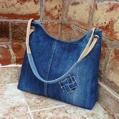 Torebka ze starych jeansów to świetny pomysł na recykling. A bag of old jeans is a great idea for recycling. See what opportunities jeans offer. A new jeans bag is something you c Denim Tote Bags, Denim Purse, Jean Purses, Purses And Bags, Do It Yourself Jeans, Bag Quilt, Denim Crafts, Recycled Denim, Fabric Bags