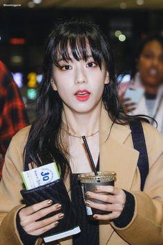 180120 Lisa at Gimpo Airprot Blackpink Jisoo, Kim Jennie, Yg Entertainment, South Korean Girls, Korean Girl Groups, K Pop, Korean Airport Fashion, Blackpink Twitter, Korean Singer