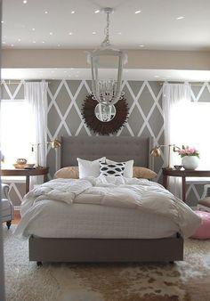 Классическое и невероятно женственно сочетание серого цвета и розовых тонов в спальне. Белый декор служит гармоничным завершением композиции.