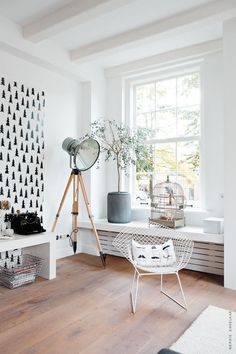 Lampa w salonie, lampa reflektor, lampa stojąca, jasne wnętrze, drewniana podłoga, metalowy fotel, fototapeta, styl nowoczesny, nowoczesne wnętrze, duże okno, stolik biały, stolik drewniany, osłona na grzejnik, maskownica na grzejnik