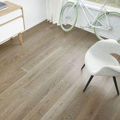 1-stav Eik Elfenben børstet og mattlakket er et mørkt gulv med rolig fargespill og noe kvist. Parkettgulvet er beiset to ganger med en brun/beige farge, for å gi gulvet et eksklusivt og elegant uttrykk. Det er en hvit farge i den børstede strukturen, noe som gir et spennende uttrykk i parkettgulvet. Den børstede overflaten gir gulvet en røff overflate og et forsterket treuttrykk Hardwood Floors, Flooring, Tile Floor, Home Decor, Beige, Modern, Wood Floor Tiles, Homemade Home Decor, Wood Flooring