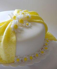 Lovely Fondant Daisy Cake
