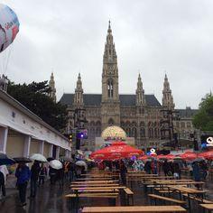 Hier am Rathausplatz, wo das riesen Public Viewing stattfindet hat es geregnet wie aus kübeln