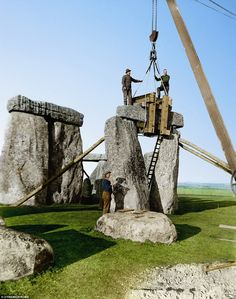 Post with 771 views. A trilithon being re-erected during Lieutenant-Colonel Hawley's excavations and renovations at Stonehenge in 1919 and 1920 x Famous Buildings, Famous Landmarks, Old Images, Old Pictures, Stonehenge History, National Geographic, Puente Golden Gate, Wonderland, Modern Photographers
